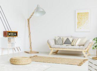 Dlaczego warto posiadać lampy stojące oświetlające sufit?